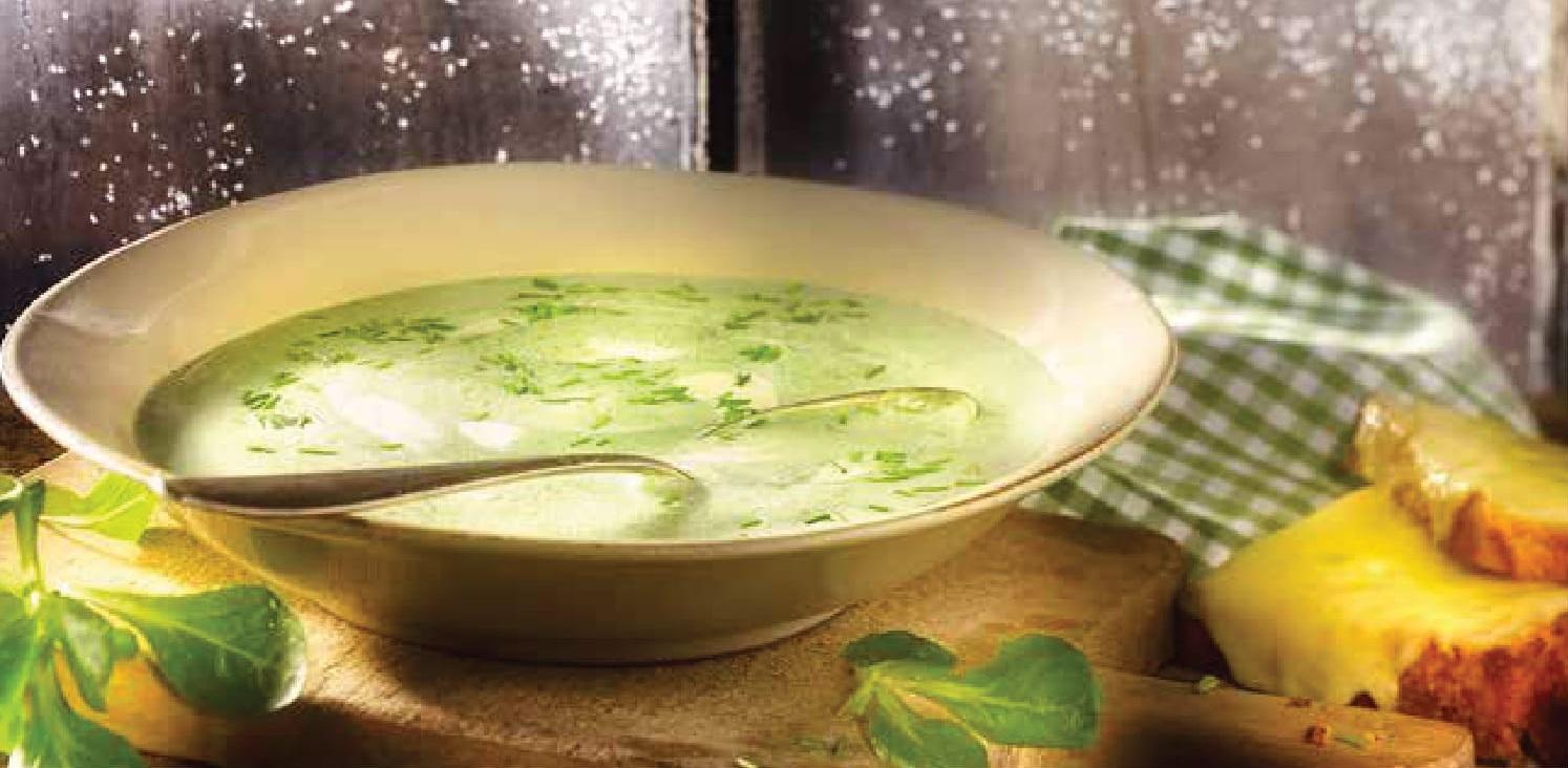 Bramborová polévka s polním salátem a farmářským chlebem