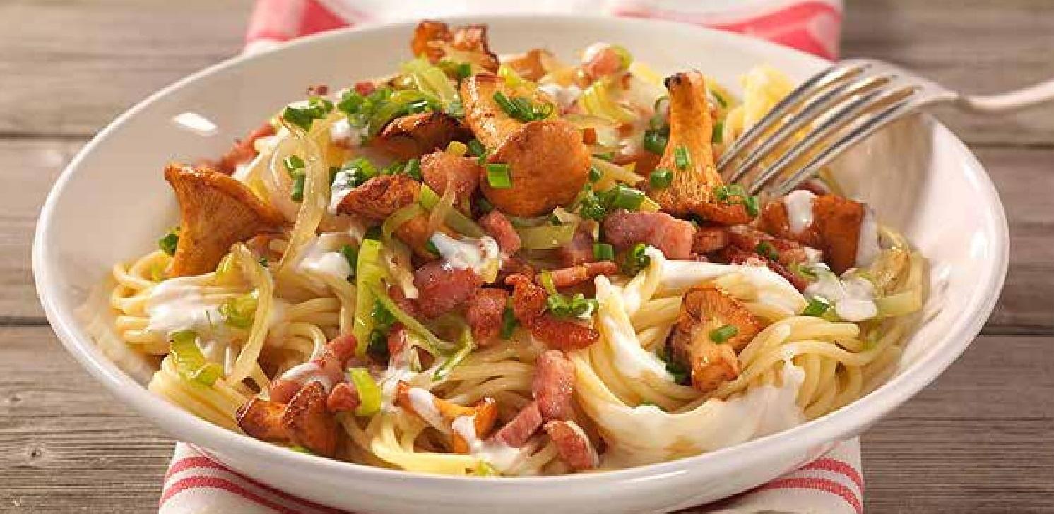Špageti s liškami na pórku se slaninou